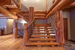 Лестница в бревенчатом доме-пример